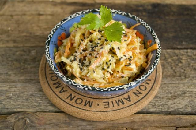 Подаём лёгкий куриный салат с сыром и морковью в красивой мисочке