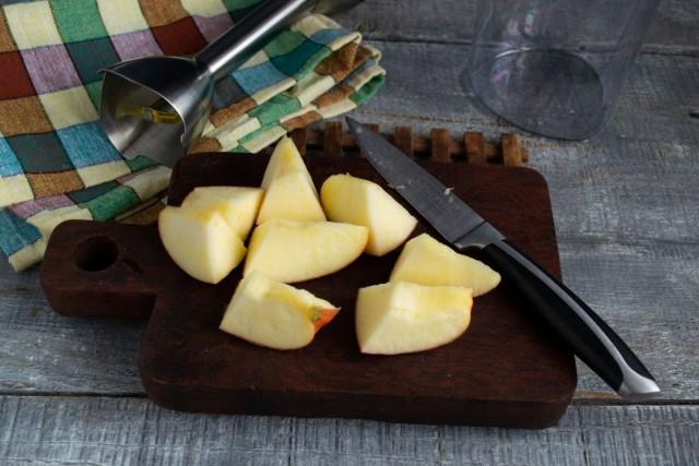 Режем крупно сладкое яблоко