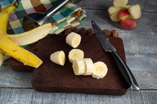 Добавляем половинку спелого банана