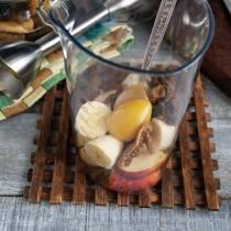 Добавляем в стакан тщательно промытый чернослив и чайную ложку мёда