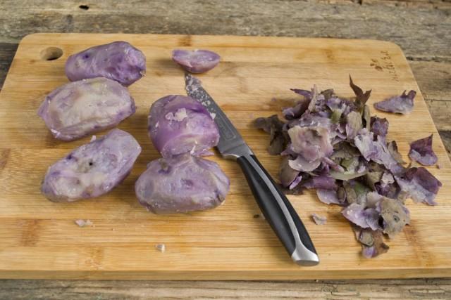 Остужаем картошку и чистим от кожуры