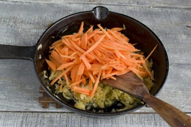 Добавляем измельченную морковку к пассерованному луку