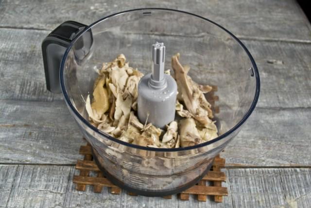 Кладём курицу в чашу кухонного комбайна