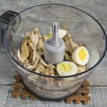Добавляем в чашу варёные яйца
