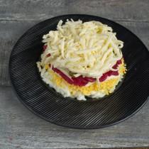 Кладём на оливки сливочный сыр