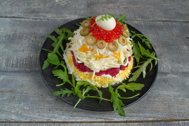 Украшаем салат и подаём на праздничный стол