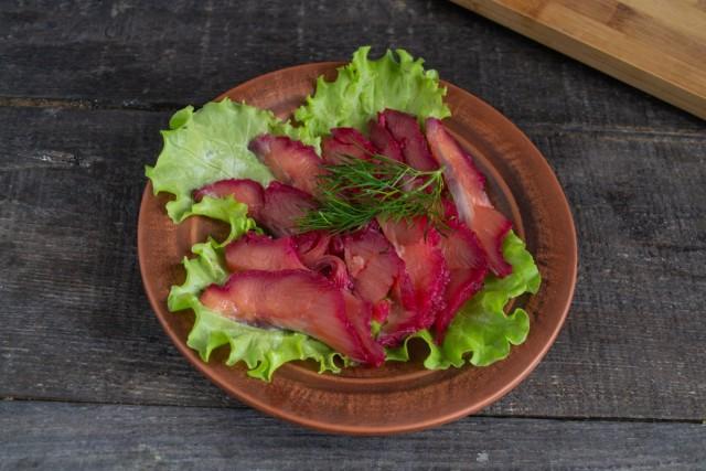 Выкладываем готовую скандинавскую рыбную закуску на салатные листья