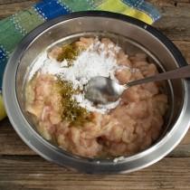 Перемешиваем фарш и добавляем картофельный крахмал и хмели-сунели