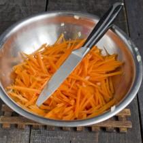 Морковь натираем на крупной тёрке или режем тонкой соломкой