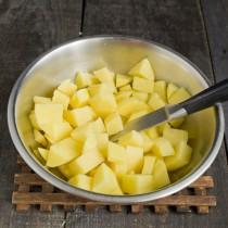 Картофель нарезаем небольшими кубиками