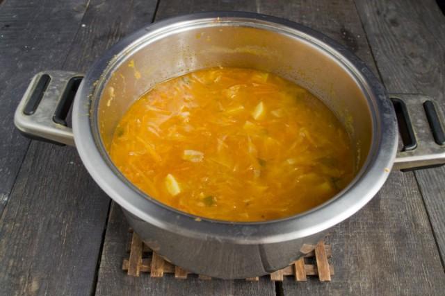 Доводим суп до кипения, варим на тихом огне 30 минут
