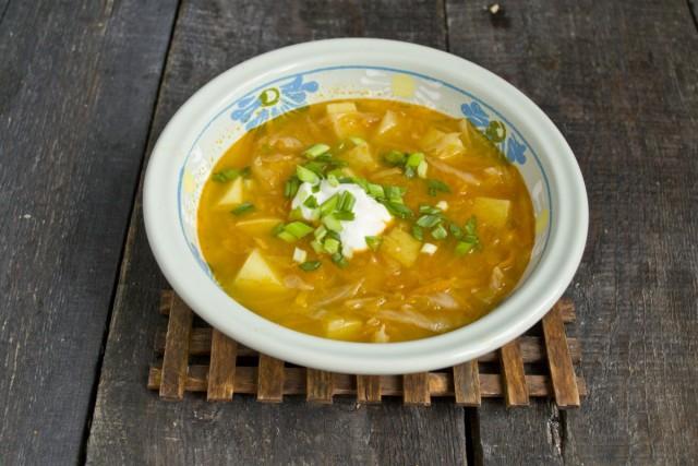 На стол вегетарианский суп с тыквой подаём горячим