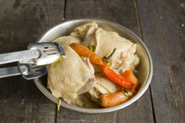 Отвариваем курицу и морковку