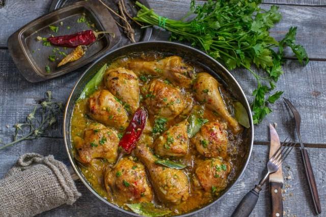 Аппетитная жареная курица в ореховом соусе