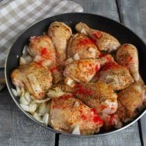 Посыпаем курицу специями