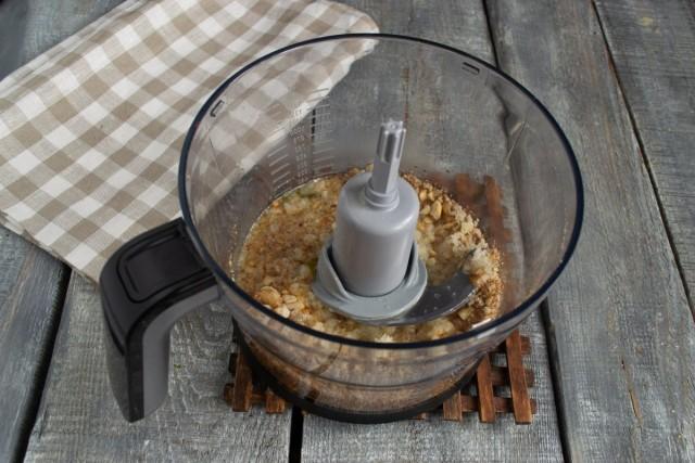 Вливаем в блендер куриный бульон и измельчаем ингредиенты
