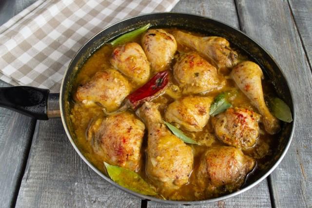 Добавляем лавровый лист, перец чили и готовим ещё 25 минут. Курица в ореховом соусе готова!