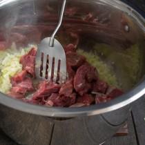 Обжариваем лук, добавляем говядину
