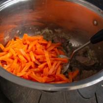 Бросаем в кастрюлю морковь