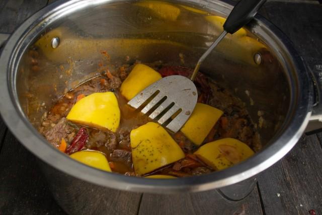 Выкладываем на мясо ломтики айвы