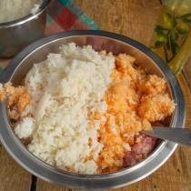 Добавляем к фаршу овощи и слегка остывший рис