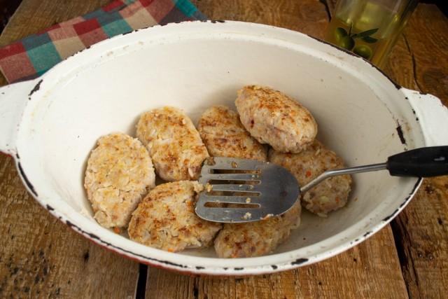 Обжариваем голубцы и перекладываем в смазанную маслом жаровню или кастрюлю с толстым дном