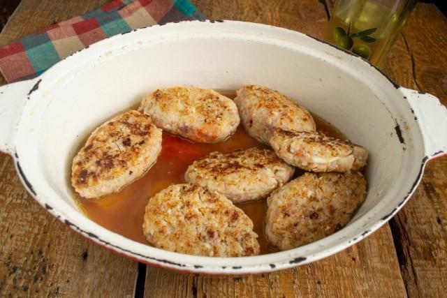 Укладываем ленивые голубцы слоями и добавляем смесь бульона с томатным пюре
