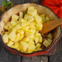Добавляем порезанный кубиками картофель