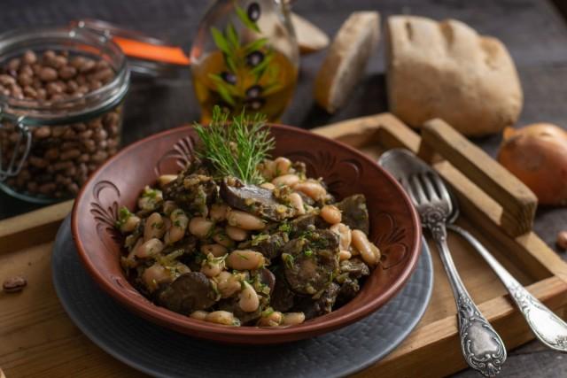 Говяжьи почки с фасолью — простой тёплый салат