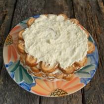 Смазываем верхний слой торта кремом