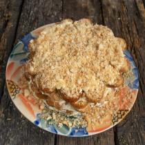 Посыпаем торт раскрошенным печеньем