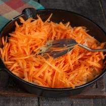 Добавляем морковку к обжаренному луку