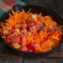 Добавляем томаты и тушим 10 минут под крышкой