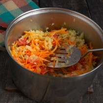 Перекладываем овощи в суповую кастрюлю