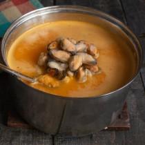 Доводим крем-суп до кипения и бросаем мидии