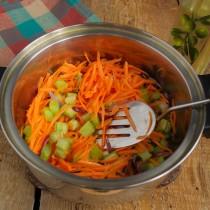 Добавляем морковь и тушим овощи
