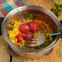 Добавляем консервированные томаты