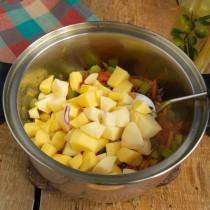Добавляем в кастрюлю картофель