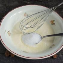 Насыпаем мелкий сахар и перемешиваем