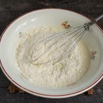 Муку соединяем с разрыхлителем, просеиваем и добавляем к жидким ингредиентам