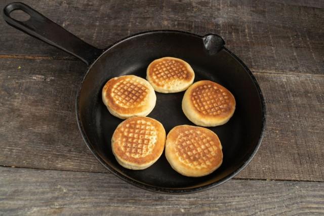 Готовим печенье на сковороде до тёмно-золотистого цвета с каждой стороны