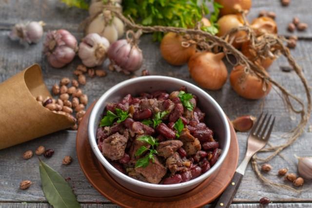Пряное рагу с фасолью и красным вином к воскресному обеду