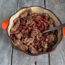 Добавляем мясо с соусом, вливаем немного фасолевого отвара