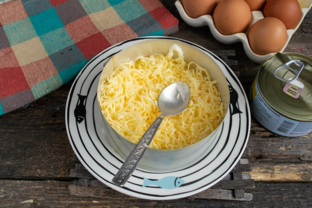 Выкладываем тёртый сыр