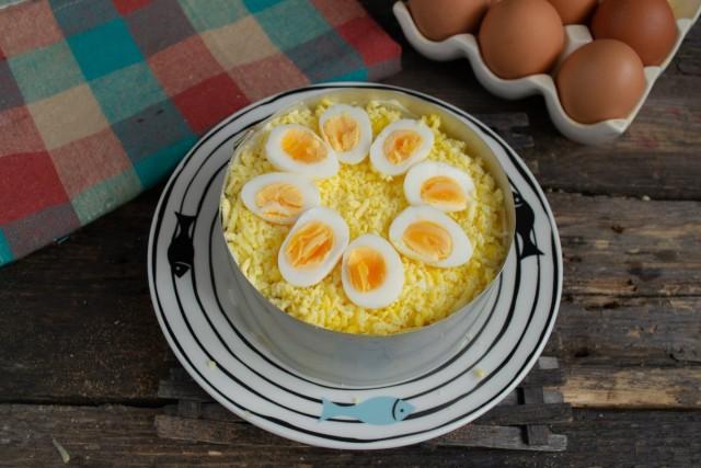 Выкладываем на салате цветок из половинок перепелиных яиц