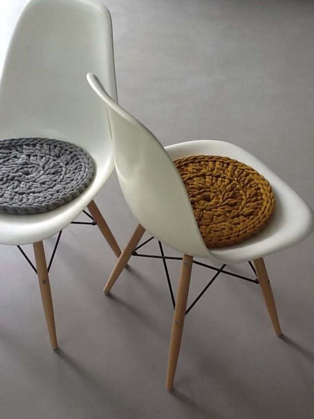 Вязанные крючком подушки на стул