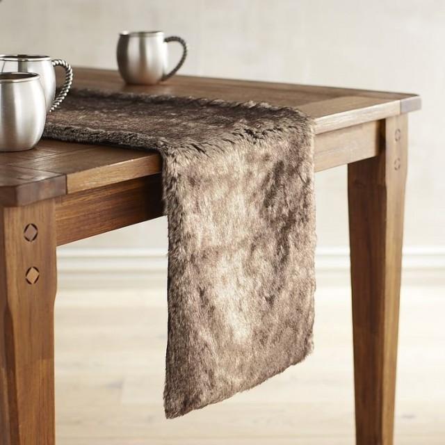 Меховой декор стола