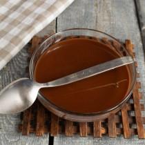 Переливаем шоколадную массу в удобную ёмкость и убираем в холодильник