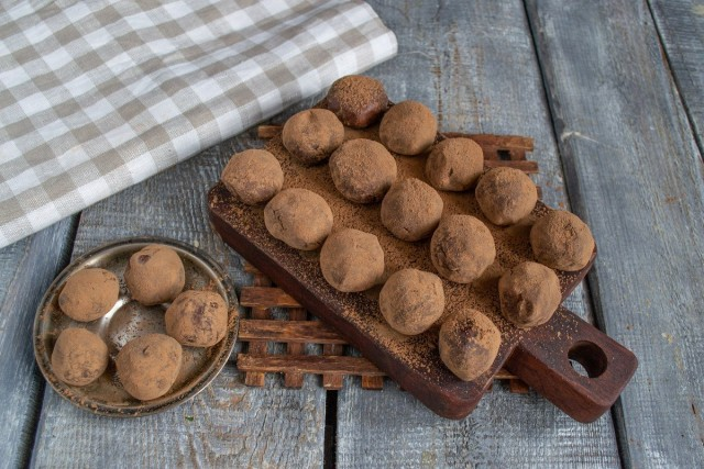 Выкладываем конфеты, посыпаем какао-порошком и убираем в холодильник. Домашние трюфели из тёмного шоколада готовы!
