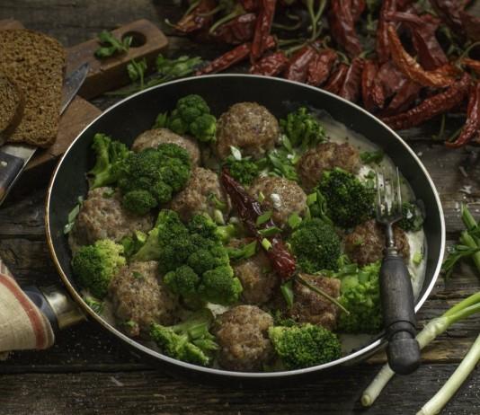 Быстрые мясные котлеты с брокколи в соусе бешамель